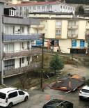 BAĞBAŞı - Şiddetli Esen Rüzgar Reklam Panolarını Devirdi, Çatıları Uçurdu