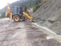 Akseki'de Heyelanın Kapattığı Yol Açıldı