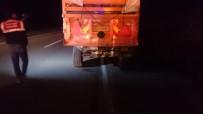 Otomobil Traktöre Bağlı Römorka Çarptı Açıklaması 2 Ölü, 3 Yaralı
