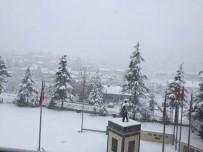 Isparta'da Yoğun Kar Yağışı Nedeniyle 2 İlçeyi Bağlayan Yol Kapandı