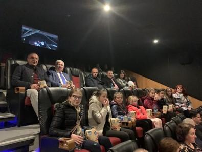 Başkan Yüksel, Bulgaristan'dan Gelen Misafirlerini Naim Süleymanoğlu Filmine Götürdü