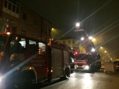 Yangından Balkona Bağladıkları Perdeyle Kaçmaya Çalışan Aileyi İtfaiye Kurtardı