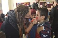 TURNE - Köy Okuluna Kütüphane Kurup Çocukları Eğlendirdiler