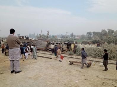 Pakistan'da Trenle Kamyon Çarpıştı Açıklaması 1 Ölü, 8 Yaralı