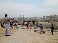 DAMPERLİ KAMYON - Pakistan'da Trenle Kamyon Çarpıştı Açıklaması 1 Ölü, 8 Yaralı