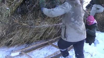 Hayvanları İçin Karlı Dağlardan Ot İndiriyorlar