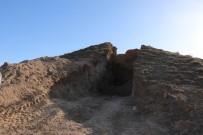 Definecilerin Greyder İle İkiye Böldüğü Tepeden Anıt Mezar Çıktı