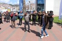 İBRAHIM KARAOSMANOĞLU - Kocaeli'de Maaşları Artan Belediye İşçileri 'Para Bizde' Şarkısıyla Oynadı