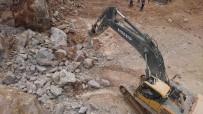 Kopan Mermer Kütlesi Ekskavatörün Üzerine Düştü Açıklaması 2 Ölü