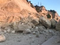 KELAYNAK - Dağdan Kopan Dev Kaya Parçası Kafenin Üzerine Düştü
