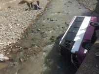 Hopa'da Dolmuş Minibüsü Dereye Yuvarlandı, Minibüsün Boş Olması Faciayı Önledi