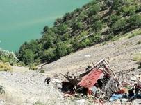 Yaylaya Giden Kamyon Şarampole Yuvarlandı Açıklaması 1 Ölü, 8 Yaralı