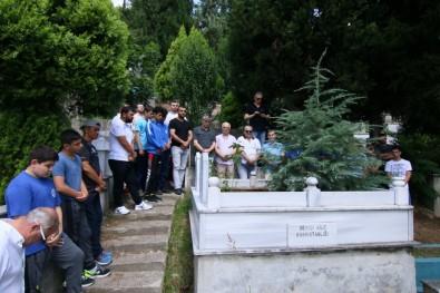 Kağıtsporlu Efsane Güreşçi Mezarı Başında Anıldı