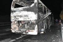 KEMAL ÇETİN - Çeşme'de Tur Otobüsü Alev Alev Yanarak Küle Döndü