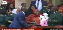 KADIN MİLLETVEKİLİ - Parlamentoya Bebeğiyle Gelen Milletvekili Dışarı Çıkarıldı