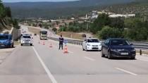 BAYRAM ZİYARETİ - GÜNCELLEME - Otomobil Yol Kenarında Bekleyen Araca Çarptı Açıklaması 1 Ölü, 10 Yaralı