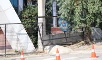 YARALI ÇOCUK - Okulun Bahçe Demir Kapısı Küçük Öğrencinin Üzerine Düştü