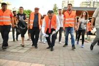 KENAN EVREN - Belediye Başkanı Çöp Topladı 'Kentimizi Temiz Tutalım' Mesajı Verdi
