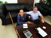 MAKAM KOLTUĞU - Belediye Başkanı 89 Yaşındaki Ziyaretçisini Yere Oturarak Dinledi