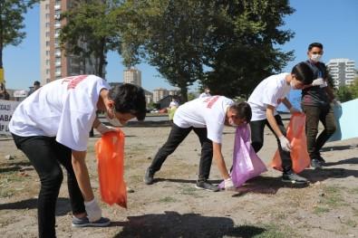 Öğrenciler Sokak Sokak Gezip Çöp Topladı