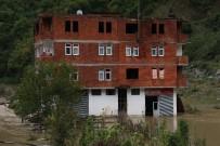 Evlerinin Önü Balçıkla Dolunca Evlerinde Mahsur Kaldılar