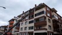 İTFAİYE MERDİVENİ - Binanın Çatısında Mahsur Kalan Kediyi İtfaiye Kurtardı