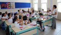 AŞKIN ÖĞRETMEN - Yaz Tatilinden Dönen Öğrenciler İlk Derslerine Başladı