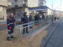 ELEKTRİK AKIMI - Bağcılar'da İki Araç Kaza Yaptı, Tramvay Seferleri Durdu