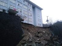 Boşaltılan Okulun İstinat Duvarı Çöktü