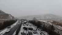 GANSU - Çin'de Kar Zincirleme Kazaya Neden Oldu