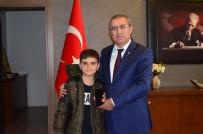 MUSTAFA KAYA - Türkiye'nin Konuştuğu Simitçi Çocuğa Kaymakam Cep Telefonu Hediye Etti
