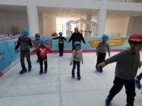 Ezine'de Öğrenciler Yarı Yıl Tatilini Buz Pateni Yaparak Geçiriyorlar