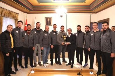 Belediye Başkanı Arı, Şampiyon Sporcuları Kutladı