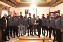 TÜRKIYE VOLEYBOL FEDERASYONU - Belediye Başkanı Arı, Şampiyon Sporcuları Kutladı