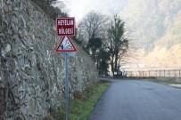 HıZLı TREN - (Özel) 5 Mahalleyi İlgilendiren Yola Düşen Kayalar Tehlike Saçıyor