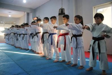 30 Karateciden 27'Si Madalya Kazanarak Rakiplerine Fark Attı