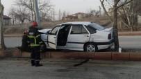 ŞIRINEVLER - Otomobil Ağaç İle Direk Arasına Sıkıştı Açıklaması 2 Yaralı