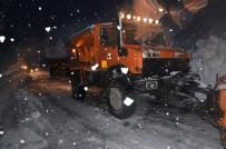 SERVİS ARACI - Hakkari'de Çığ Nedeniyle Mahsur Kalan 11 Kişi Kurtarıldı