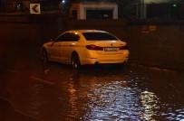 LÜKS OTOMOBİL - Lüks Otomobil Su Birikintisi İçerisinde Mahsur Kaldı
