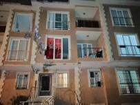 ÇEKMEKÖY BELEDİYESİ - Uçan Çatı Karşı Apartmana Ok Gibi Saplandı
