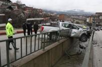 TEVFİK FİKRET - Kamyonet Su Kanalında Asılı Kaldı Açıklaması 2 Yaralı