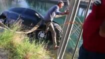 Adana'da Sulama Kanalına Devrilen Otomobilin Sürücüsünü Vatandaşlar Kurtardı