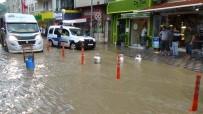 Dükkanlarına Su Girmesin Diye Yolu Tüplerle Kapattılar