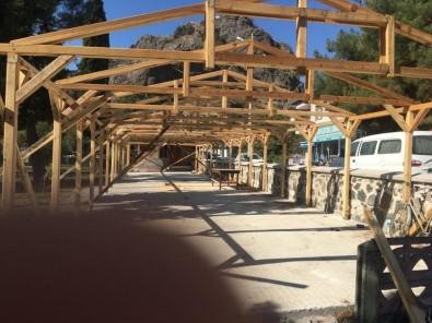 Vakıflar Tarihi Caminin Bahçesine Yapılan Eklentiyi Durdurdu
