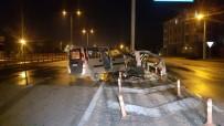 Yol Ayrımında Bariyerlere Çarpan Otomobilin Sürücüsü Yaralandı