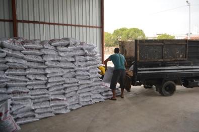 Ayvalık'ta Şefkatli Eller'den İhtiyaç Sahiplerine 60 Ton Kömür