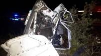 Kayganlaşan Yolda Kontrolden Çıkan Otomobil Tarlaya Uçtu Açıklaması 1'İ Ağır 4 Yaralı