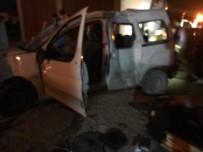 Otomobil Elektrik Direklerine Çarptı Açıklaması 1 Yaralı