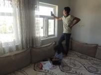 Şebekenin Çektiği Pencerede 6 Öğrenci Tek Telefonla EBA'ya Girmeye Çalışıyor