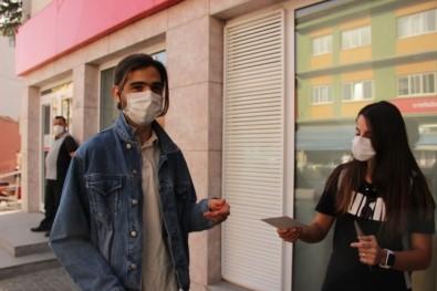 Özel) Maskesini Doğru Takanlar Konfetiler Eşliğinde Parayla Ödüllendiriliyor